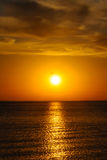 Coucher du soleil au-dessus de mer Photographie stock