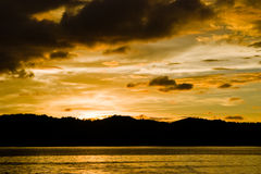 Coucher du soleil au-dessus de mer Images stock
