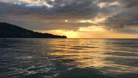 Coucher du soleil au-dessus de mer calme Peu de mouettes sur la surface de mer banque de vidéos