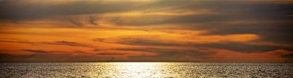 Coucher du soleil au-dessus de mer d'Andaman image stock
