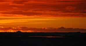 Coucher du soleil au-dessus de mer-glace et des icebergs, Antarctique photos libres de droits
