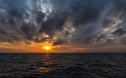 Coucher du soleil au-dessus de mer Mouettes au-dessus de la mer au coucher du soleil Image libre de droits