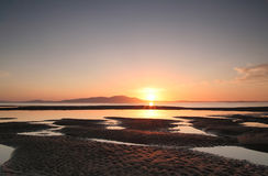 Coucher du soleil au-dessus de montagne à la plage Photographie stock