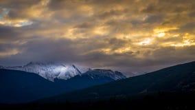 Coucher du soleil au-dessus de montagne majestueuse Images stock