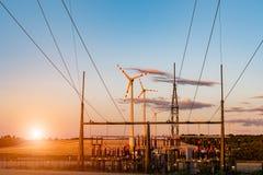 Coucher du soleil au-dessus de moulin à vent sur le champ Photographie stock