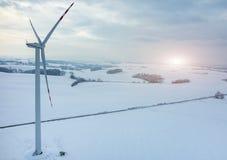 Coucher du soleil au-dessus de moulin à vent sur le champ en hiver Photos libres de droits