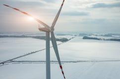 Coucher du soleil au-dessus de moulin à vent sur le champ en hiver Photographie stock