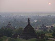 Coucher du soleil au-dessus de Mrauk U, Myanmar Photographie stock