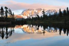 Coucher du soleil au-dessus de Mt Shuksan photographie stock libre de droits