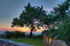 Coucher du soleil au-dessus de mur toscan Photos stock