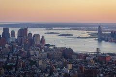 Coucher du soleil au-dessus de New York, d'Ellis Island et de Liberty Island - v aérien photos stock