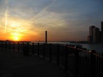 Coucher du soleil au-dessus de nyc d'East River photos libres de droits