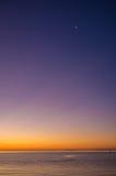 Coucher du soleil au-dessus de péninsule de Mornington avec haut haut de nouvelle lune Image stock