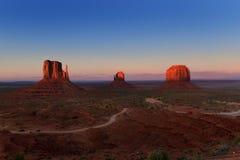 Coucher du soleil au-dessus de parc tribal de vallée de monument en frontière du l'Utah-Arizona, Etats-Unis image stock