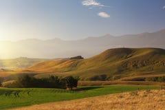 Coucher du soleil au-dessus de passage couvert de péninsule de Kaikoura, Nouvelle-Zélande Image stock