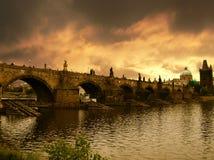 Coucher du soleil au-dessus de passerelle de Charles à Prague