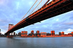 Coucher du soleil au-dessus de passerelle de Manhattan Image libre de droits