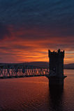 Coucher du soleil au-dessus de passerelle de tour, Irlande Images stock