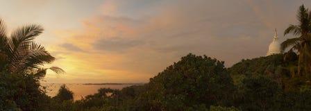 Coucher du soleil au-dessus de paysage côtier Photos libres de droits