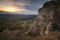 Coucher du soleil au-dessus de paysage de montagne avec les falaises antiques Images libres de droits