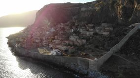 Coucher du soleil au-dessus de petite ville de la Grèce banque de vidéos