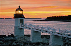 Coucher du soleil au-dessus de phare dans Maine Images libres de droits
