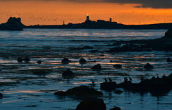 Coucher du soleil au-dessus de phare de Piedras Blancas et de coastl rocailleux de Big Sur Photos stock