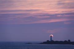 Coucher du soleil au-dessus de phare de point de pigeon Photographie stock