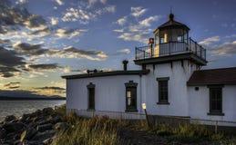 Coucher du soleil au-dessus de phare du ` s West Point de Seattle Photos stock