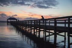 Coucher du soleil au-dessus de pilier de pêche de Melbourne Image libre de droits