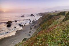 Coucher du soleil au-dessus de plage arquée de roche près de baie de Bodega photographie stock libre de droits