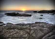 Coucher du soleil au-dessus de plage chez Leo Carillo photos stock