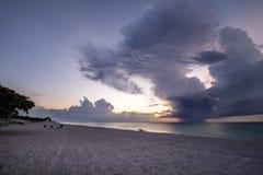 Coucher du soleil au-dessus de plage cubaine Photos stock