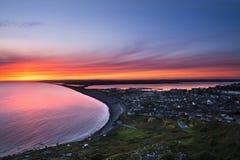 Coucher du soleil au-dessus de plage de Chesil, Portland image libre de droits