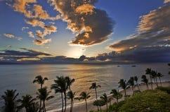 Coucher du soleil au-dessus de plage de Kaanapali Images stock