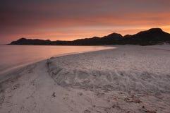 Coucher du soleil au-dessus de plage de la Corse Image libre de droits
