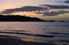 Coucher du soleil au-dessus de plage de Patong, Phuket Photographie stock libre de droits
