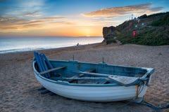 Coucher du soleil au-dessus de plage de ruche dans Dorset images libres de droits
