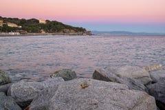 Coucher du soleil au-dessus de plage de mer ligurienne d'hiver Image de couleur photographie stock libre de droits