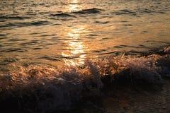 Coucher du soleil au-dessus de plage paisible images stock