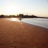 Coucher du soleil au-dessus de plage sablonneuse image libre de droits