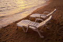 Coucher du soleil au-dessus de plage Thaïlande de Pataya de mer avec la chaise de plage Photos stock
