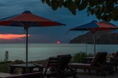 Coucher du soleil au-dessus de plage vide avec des parasols Limnos image libre de droits