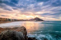 Coucher du soleil au-dessus de plage de zurriola, Donostia, Euskadi, Espagne Photographie stock libre de droits