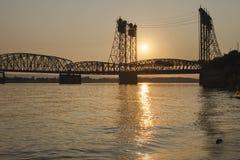 Coucher du soleil au-dessus de pont de croisement d'I-5 Colombie Image stock