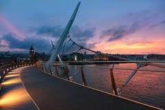 Coucher du soleil au-dessus de pont de paix de Derry, Irlande du Nord Images libres de droits