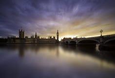 Coucher du soleil au-dessus de pont de Westminster, Londres Photographie stock libre de droits