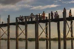 Coucher du soleil au-dessus de pont en teck photographie stock libre de droits
