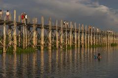 Coucher du soleil au-dessus de pont en teck images stock