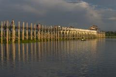 Coucher du soleil au-dessus de pont en teck images libres de droits